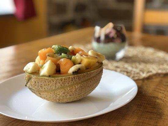 La nostra macedonia, servita direttamente all'interno della buccia del melone.