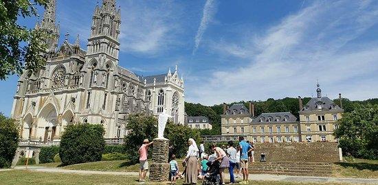Sanctuaire Notre-Dame de Montligeon - La cathédrale dans les champs. informations : 00 33 2 33 85 17 00 https://montligeon.org/
