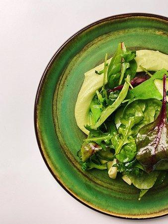 Зелений салат з авокадо мусом