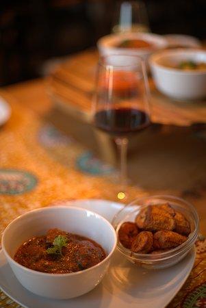 Rindfleisch mit Spinat in Tomatensauce und knusprigen Kochbananen