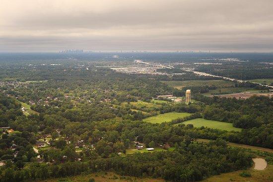 יונייטד איירליינס: UA1638 Phoenix (PHX) to Houston (IAH) 737-900W (#3407) FC Seat 3A - Final Approach to IAH - Below the clouds