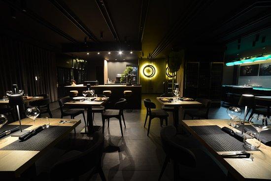 La sala interna arredata in stile moderno total black ha una capienza di 19 posti più in prive da 10 posti riservato allo champagne bar con tavolo da roulette biliardo e schermo gigante
