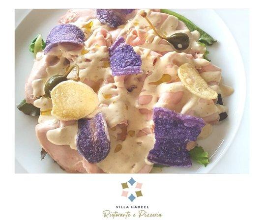 Maialino CBT, salsa tonnata e chips di patate.