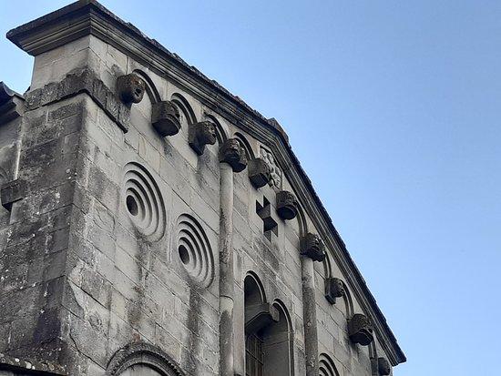 Castelvecchio, Italia: interessante visione della parte superiore della facciata
