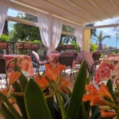 veranda con vista lago   ideale per le colazioni o per un rilassante dopo cena