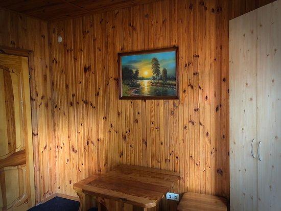 Домик с двумя спальнями (№10) 1200 грн/сутки Уютный дом для большой семьи или для группы друзей 2 светлые спальни, небольшой холодильник, телевизор, кондиционер.
