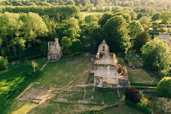 Minster Lovell, UK: Cool spot for a picnic when the weather's good.