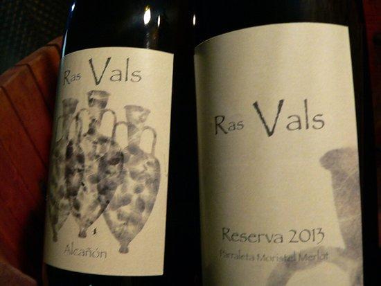 Castillazuelo, Espanja: Vino tinto Parraleta. Nuestros vinos son naturales fermentados con sus propias levaduras (fermentación alcohólica) y bacterias (fermentación maloláctica) de forma biológica y artesanal.