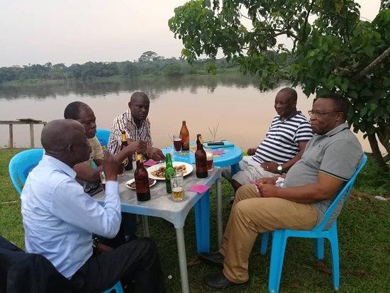 Kisangani, Democratische Republiek Congo: Situé au bord du fleuve, ConKim Lodge assure aux visiteurs de contempler la nature en dégustant les poissons fraîchement tirés du fleuve.