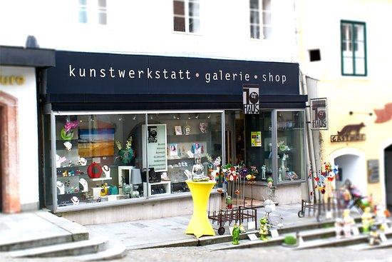 Die Galerie 10er-Haus in der Kirchengasse, inmitten der historischen Altstadt von Gmunden.