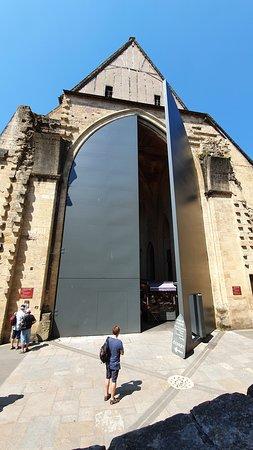 Les portes s'ouvrent par un système de crémaillère électrique compte tenu du poids