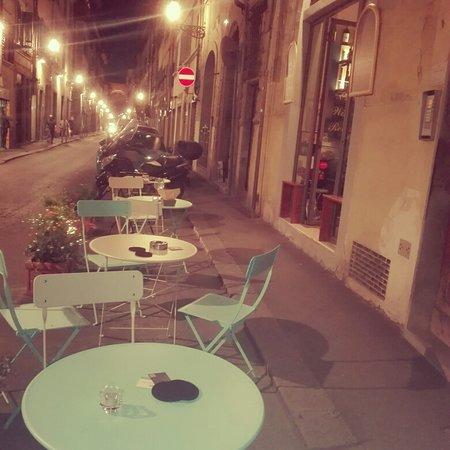 Tavoli all aperto disponibili all Enoteca Wine Bar Retrogusto in Borgo San Frediano