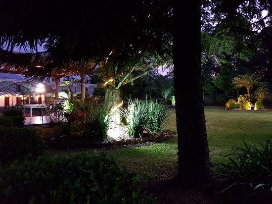 Jardines, vista nocturna.