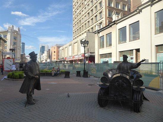 Jekaterinburg, Venäjä: Banker walking towards his car