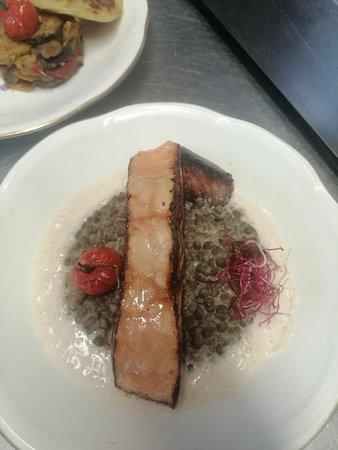 Auffay, Fransa: Saumon laqué risotto de lentilles émulation au lard