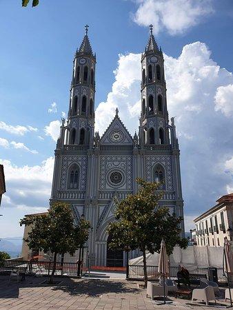 Montesano sulla Marcellana, Italia: Chiesa di Sant'Anna con i suoi magnifici campanili .