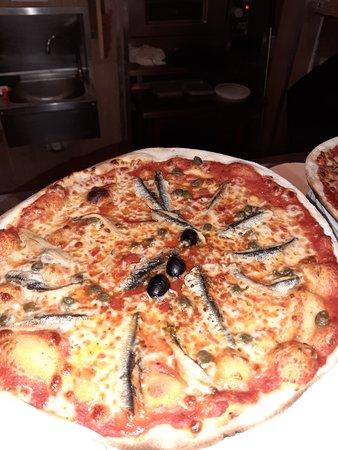 LA « NAPOLITAINE » Coulis de tomate, Mozzarella, Anchois, Capres, Olives..................... 11.80 €
