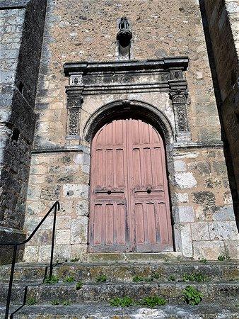 la restauration du clocher est terminée, il se distingue par sa blancheur du reste de l'édifice. Un bel endroit, une église ouverte et accueillante, qui comblera les curieux, les découvreurs d'architecture ou les amoureux des vieilles pierres. Croyants ou non-croyants qui vous sentez bien dans une église, celle-ci, modeste, vous comblera. Construite du 12ème au 16ème siècle, elle a été classé en 1907.