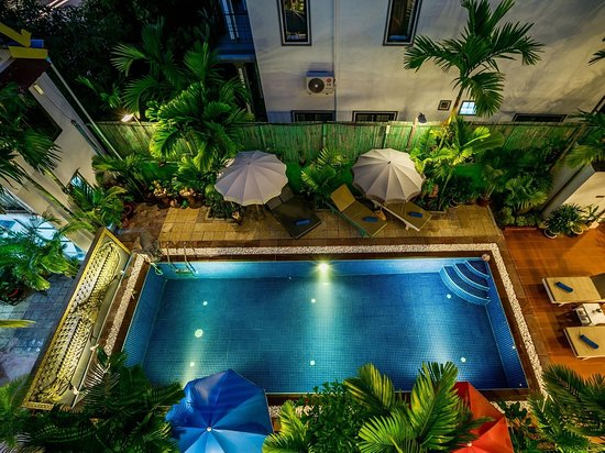 A room at night at ground floor face to pool view 😘😘