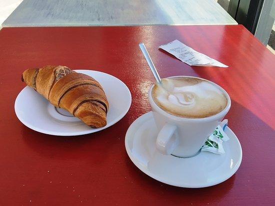 Croissant e cappuccino