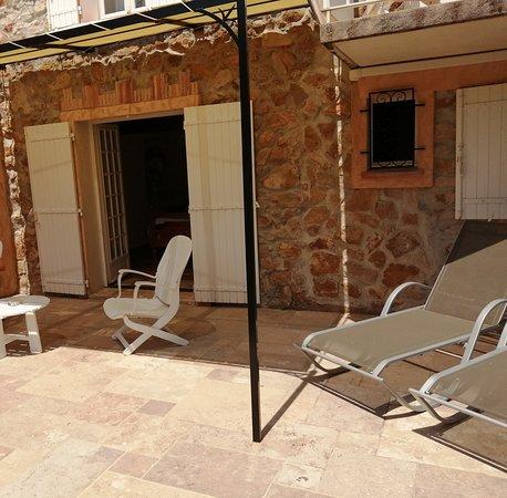 terrasse privative avec salon de jardin et transat