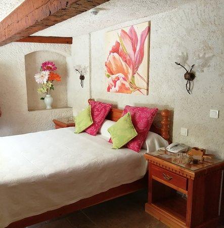 chambre n°3 avec vue direct sur la terrasse et le superbe bougainvillier