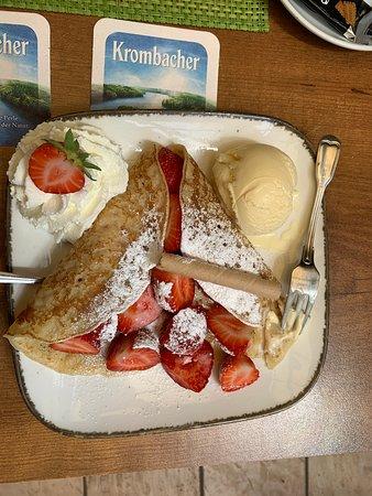 Pandekage med jordbær og is