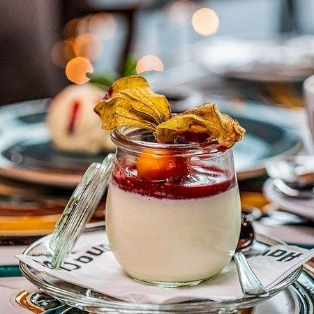 Können wir euch den Tag mit unserem Panna Cotta mit Erdbeersauce etwas versüßen?  Natürlich gibt es dazu noch die passenden Drinks und jede Menge weitere Speisen!