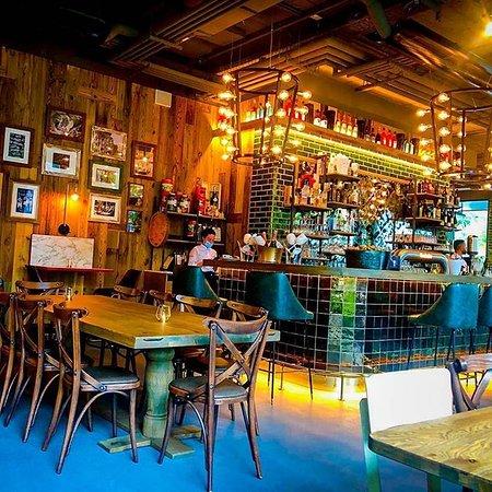 Good FOOD, Good DRINKS, Good FRIENDS, Good TIMES! An unserer Bar Centrale kannst du deinen Abend in einem ansprechenden Ambiente ausklingen lassen! Wer hat Lust einen Cocktail an unserer Bar zu genießen? Wir bereiten dir gern deinen Lieblings-Drink zu!