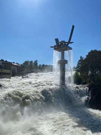 The beautiful, powerful and iconic waterfall in Hønefoss! Located in Nordre park which is a green oasis below the city bridge.  Tip! Enjoy a nice lunch at Gledeshuset close by. Or, take a walk by starting here and walk along the riverside, across Petersøya until you reach Søndre park and the city center.