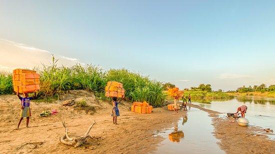 Abomey, Benin: LeZouest un département du sud du Bénin. Il doit son nom à la rivière qui le traverse, leZou. Au bord du fleuve zou , les enfants ramené des bidons.  =====  Zou is a department in southern Benin. It owes its name to the river that crosses it, the Zou. At the edge of the Zou river, the children brought back cans.