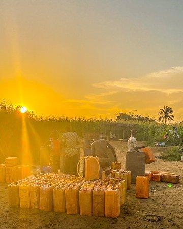 Abomey, Benin: LeZouest un département du sud du Bénin. Il doit son nom à la rivière qui le traverse, leZou. Au bord du fleuve zou , c'est le couché du soleil.  Les hommes remplissent les bidons avant la traversé du fleuve   =====  Zou is a department in southern Benin. It owes its name to the river that crosses it, the Zou. By the Zou river, it's the sunset. Men fill cans before crossing the river