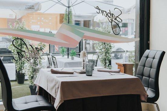 Ambiente elegante y acogedor para una cita romántica.