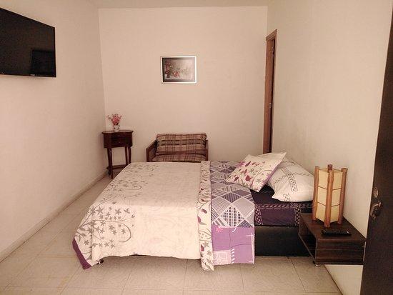 Habitaciones cama matrimonial tv Baño privado, Agua caliente Wi fi