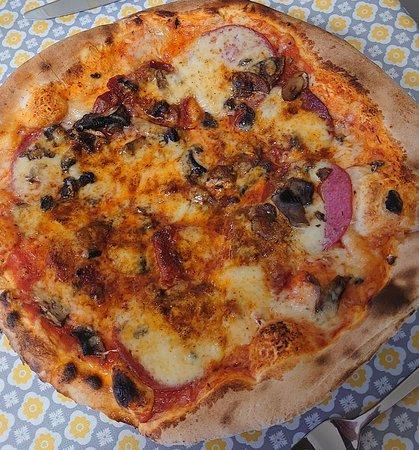 La pizza : ici une ''hot'' , avec ail et piment
