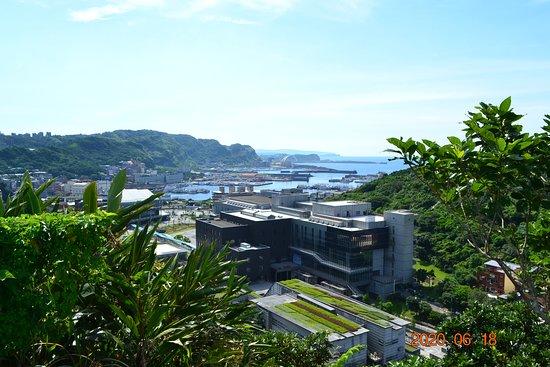 Keelung, Taiwan: 基隆絕美秘境!位於海科火車站旁的容軒步道, 輕鬆三十分鐘便可到容軒亭, 360度欣賞海景和山景,到了基隆一定要來朝聖~(遠眺和平島方向)
