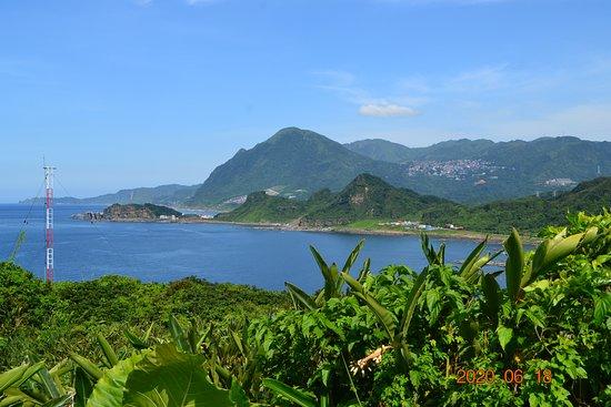 Keelung, Taiwan: 基隆絕美秘境!位於海科火車站旁的容軒步道, 輕鬆三十分鐘便可到容軒亭, 360度欣賞海景和山景,到了基隆一定要來朝聖~ (遠眺基隆山/九份山城方向)