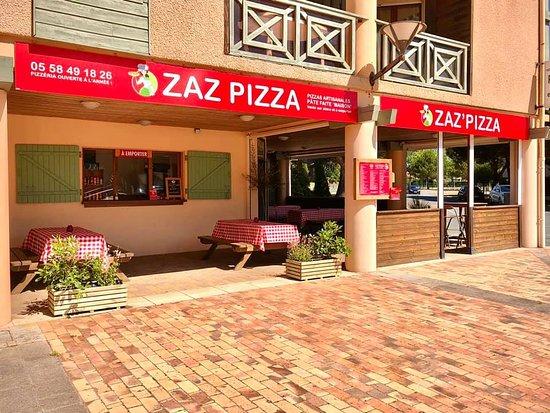 Extérieur de la pizzeria sur le côté avec votre drive pizza à emporter.
