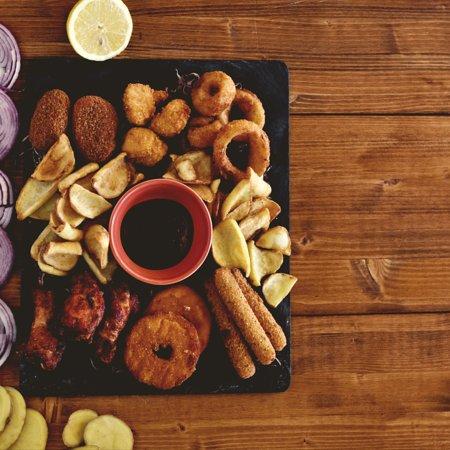 """""""La Bombonera"""". Un piatto ricco e appetitoso composto da: Alette, Pop Corn di Pollo, Anelli di Cipolla, Mozzarelline, Jalapeño, Patatine con Salsa Mara Meo. •"""