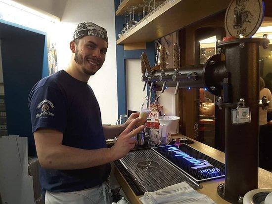 il pizzaiolo barista. ormai esperto anche nella miscelazione delle migliori birre tedesche, ha assaporato personalmente tutte le metodologie migliori