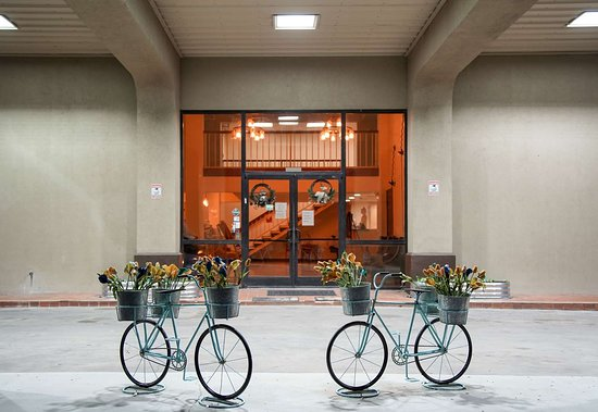 Knights Inn Victoria East: Exterior Entrance Bikes