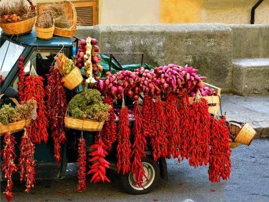 Calabria, Italia: Peperoncino di Soverato e cipolle rosse di Tropea.