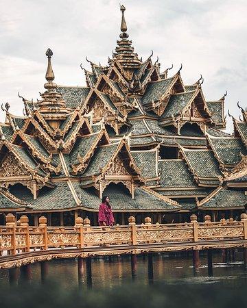 Bangkok é a capital mais quente, literalmente, do Sudeste Asiático. Uma cidade fascinante onde o novo se mistura com o antigo numa perfeição difícil de explicar. Com certeza, é uma super opção para curtir suas férias: http://viajar.hu/bangkoktrip 📍🌎😱💙 I 📸@mrdivine