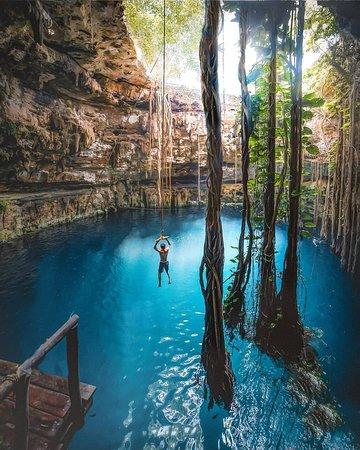 Com águas cristalinas e temperatura média de 22ºC, o cenote Ik Kil está localizado na região de Yucatan, no México. Considerado um portal mágico pelos Maias, o local ainda encanta pessoas do mundo inteiro com sua beleza ímpar. Localizado no parque de mesmo nome, próximo a cidade arqueológica maia de Chichén Itzá, ele impressiona por seu tamanho e beleza singular. É simplesmente incrível!! 📍💙😱 I 📸@davidmrule