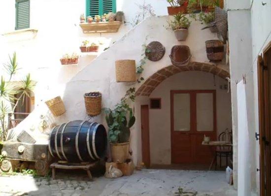 Puglia, İtalya: particolare di un centro storico