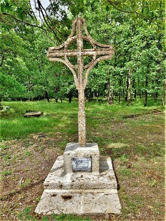 Un émouvant lieu de mémoire, un mémorial et une nécropole liés par l' histoire peu connue de ces lieux.