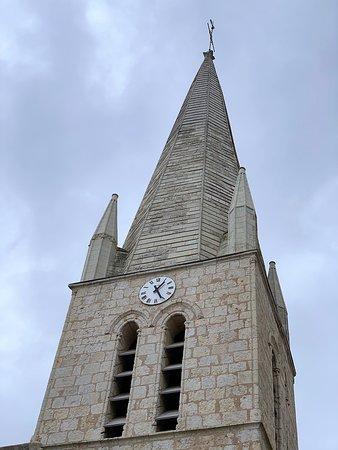 Une église du 19ème, un clocher du 15ème et une restauration complète au 21ème siècle. Le clocher en tuffeau du 15ème siècle, de l'ancien édifice, a été préservé. Cet ancienne construction, endommagée pendant les guerres de religion, fut mal reconstruite. Devenue trop petite et en mauvais état, une nouvelle église vit le jour au 19ème siècle, construite vers l'est, en prolongement du clocher-porche par lequel on entre, côté Nord.