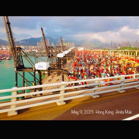 هونج كونج, الصين: Kwai Ching Container Terminal 9 - View from   A bus on Stonecutters Bridge. The background is Lai Chi Kwok 荔枝角。