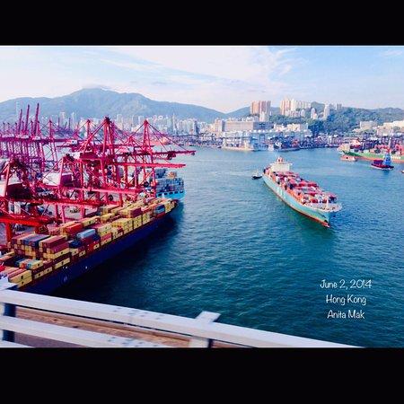 هونج كونج, الصين: A Japanese - MOL Container ship is leaving Hong Kong. Kwai Tsing Container Terminal 9. View from a bus on Stonecutters Bridge, the Background is Kwai Fong 葵芳。