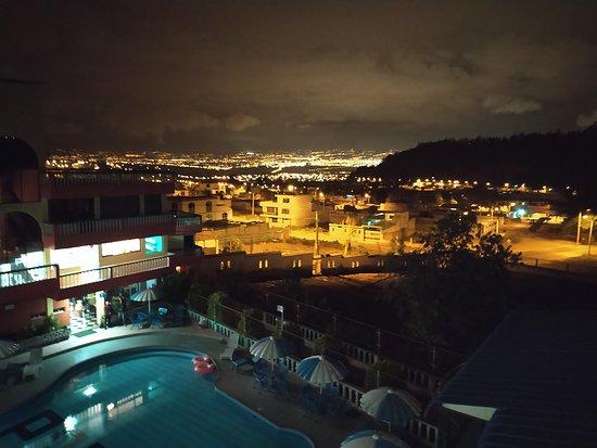 Tungurahua Province, Equador: ¿Te gustaría ver en vivo esta hermosa vista? Escríbenos y reserva con nosotros!  Nuestro hotel cuenta con 4 pisos, compuestos por 40 habitaciones amplias y modernas. Estas son simples, dobles, triples y matrimoniales, las cuales incluyen: Internet Televisión por cable Teléfono en la habitación Agua caliente y fría Espacio de trabajo Hermosa vista panorámica  Te esperamos!